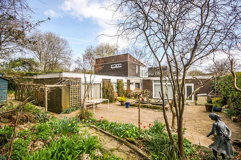 4 Bedrooms Detached House for sale in Pikes End, Pinner