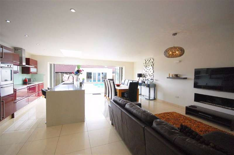5 Bedrooms Detached House for sale in Howletts Lane, Ruislip