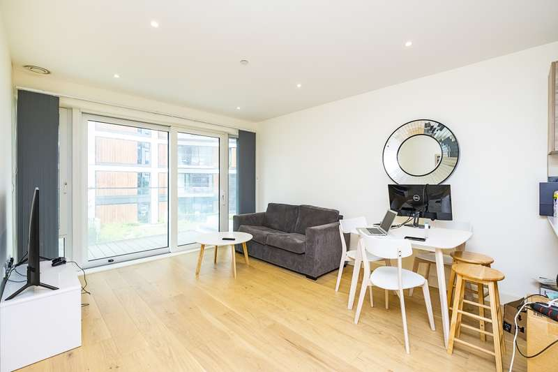 2 Bedrooms Flat for rent in Duke of Wellington Avenue London SE18