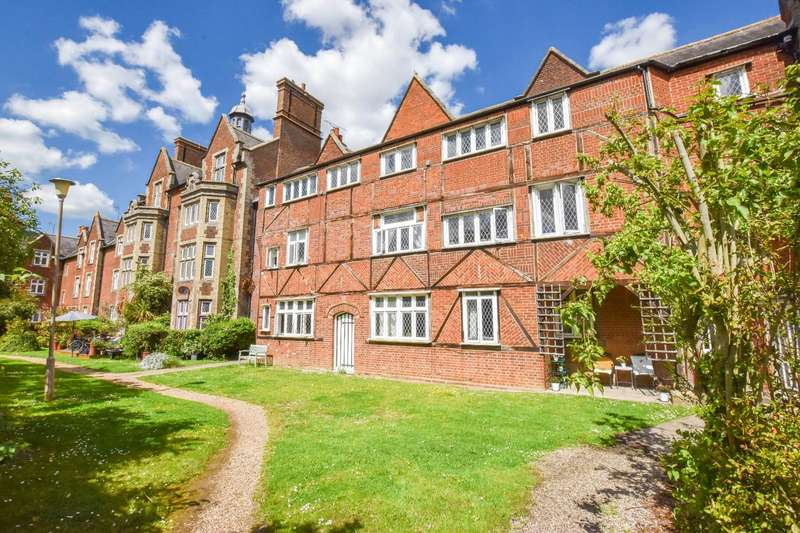 2 Bedrooms Flat for sale in The Close, Dunmow