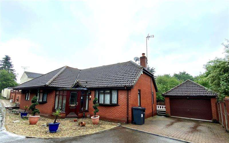 3 Bedrooms Bungalow for sale in Kenmar Close, Rayleigh, Essex, SS6