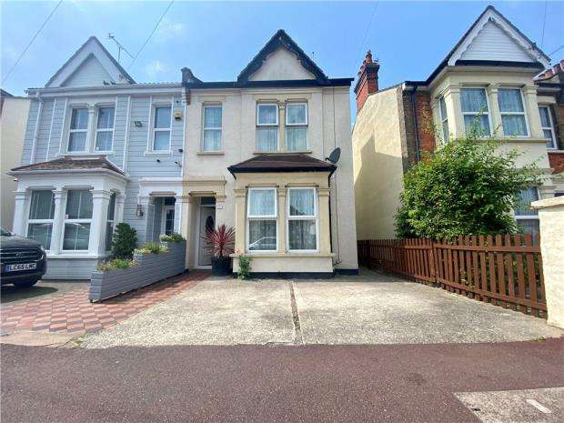 3 Bedrooms Semi Detached House for sale in Chelmsford Avenue, Southend-on-Sea, Essex