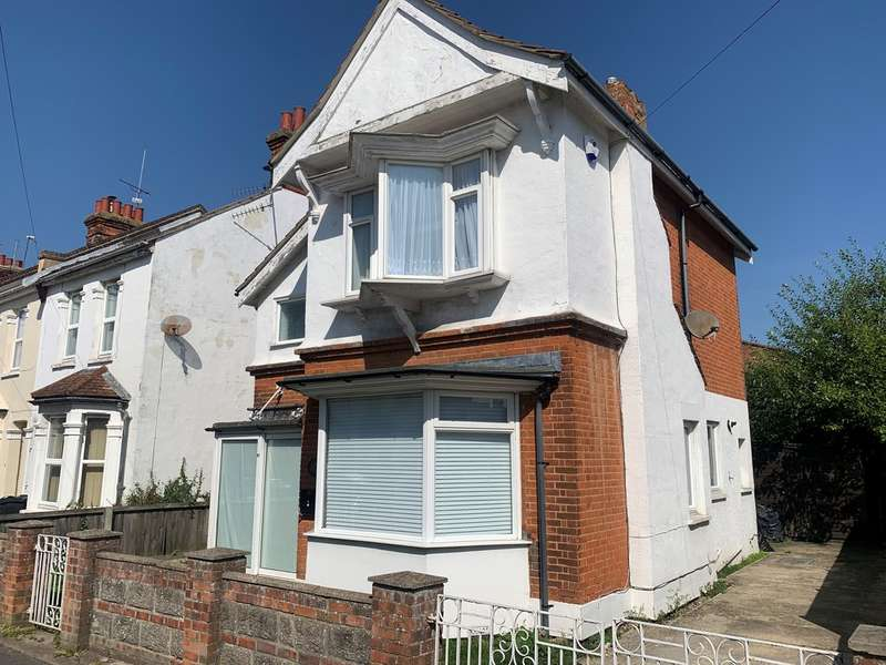 3 Bedrooms Detached House for rent in 11 Crossfield Road CO15 3QS