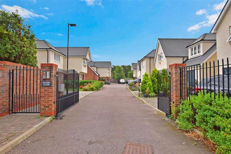 4 Bedrooms Detached House for sale in Glades Close, , Romford, Essex