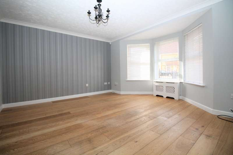 3 Bedrooms House for rent in Campion Close, Rush Green, Romford, RM7