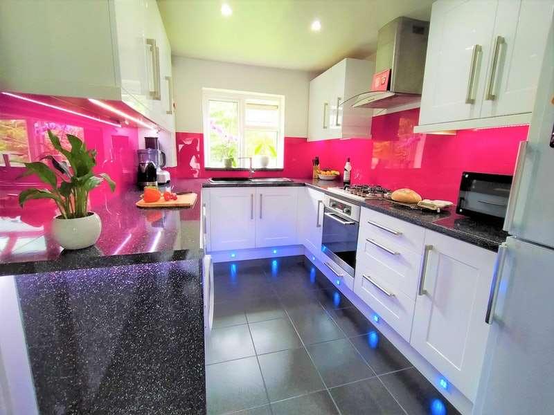 2 Bedrooms Flat for sale in Hanover Way, Windsor, Berkshire, SL4