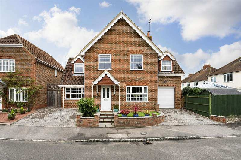 4 Bedrooms Detached House for sale in Steggles Close, Woodley, Reading