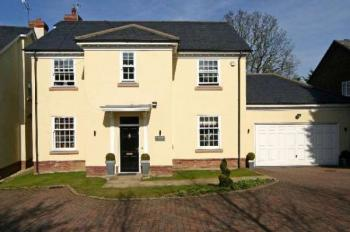 5 Bedrooms Detached House for sale in Wyatt Close, Bushey Heath