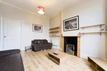 2 Bedrooms Flat for sale in Station Road, Dumbarton, Dunbartonshire, G82 1RY
