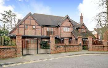 5 Bedrooms Detached House for sale in Cherry Tree Way, Stanmore
