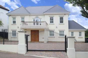 5 Bedrooms Detached House for sale in Connaught Avenue, Loughton
