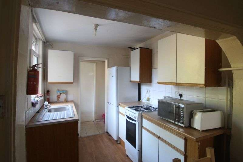 5 Bedrooms Flat for rent in Gregory Avenue Lenton NG7 2EQ