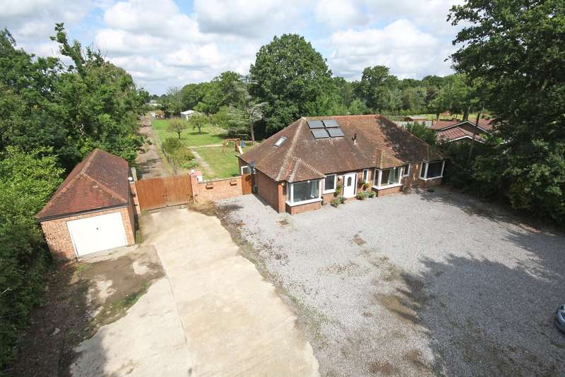 3 Bedrooms Detached Bungalow for sale in Church Road, Burstow, RH6