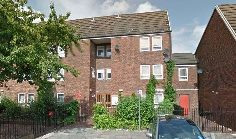 2 Bedrooms Flat for sale in Spacious 2 Bedroom Flat in Central Plaistow, Balcony, GCH, Double Glazed Throughout, Long Lease