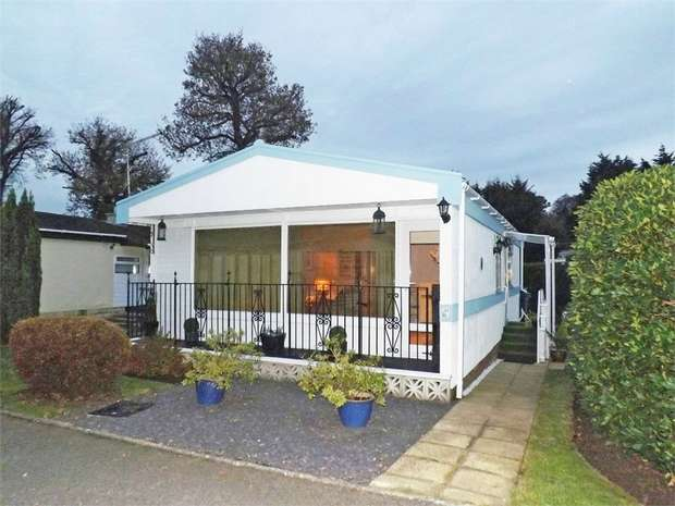2 Bedrooms Park Home Mobile Home for sale in Ringwood Road, Ferndown, Dorset
