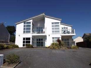2 Bedrooms Flat for sale in Llys Bryn Traeth, Ffordd Cynlas, Benllech, Anglesey, LL74