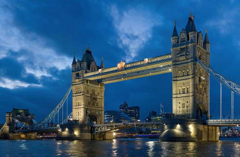 2 Bedrooms Flat for sale in One Tower Bridge, Tudor House, Tower Bridge Road, London SE1