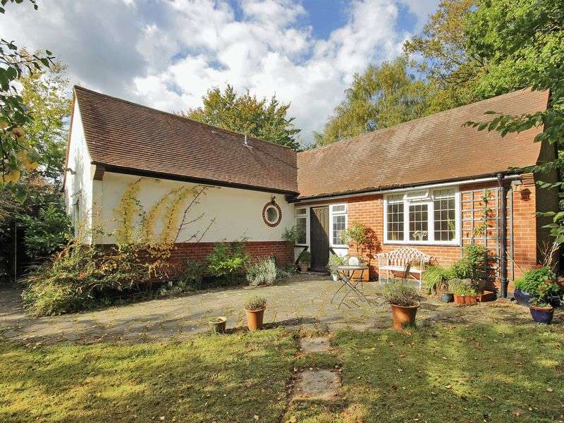 2 Bedrooms Detached Bungalow for sale in Hurst Farm Road, East Grinstead