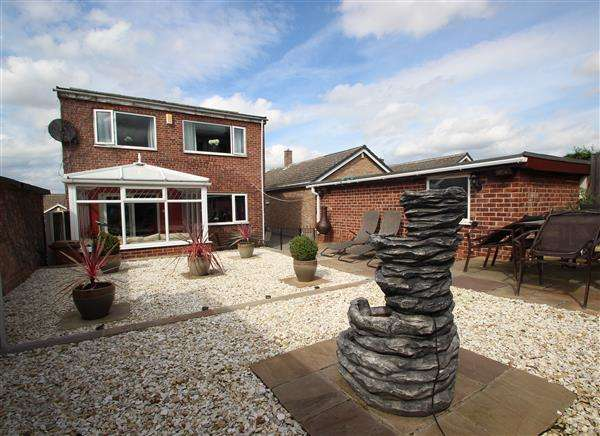 4 Bedrooms Detached House for sale in Wood Street, South Hiendley