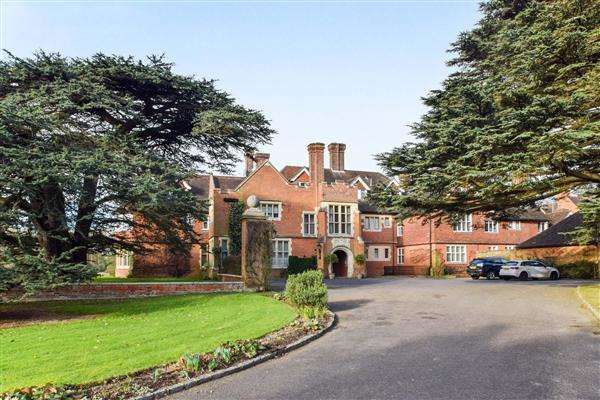 2 Bedrooms Duplex Flat for sale in Framewood Manor, Stoke Poges