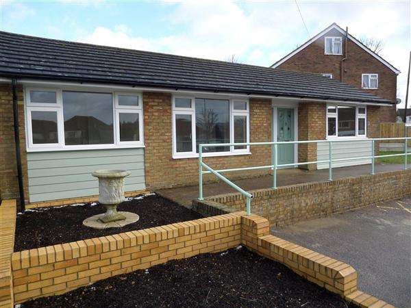 3 Bedrooms Bungalow for sale in Canterbury Road, Hawkinge, Folkestone