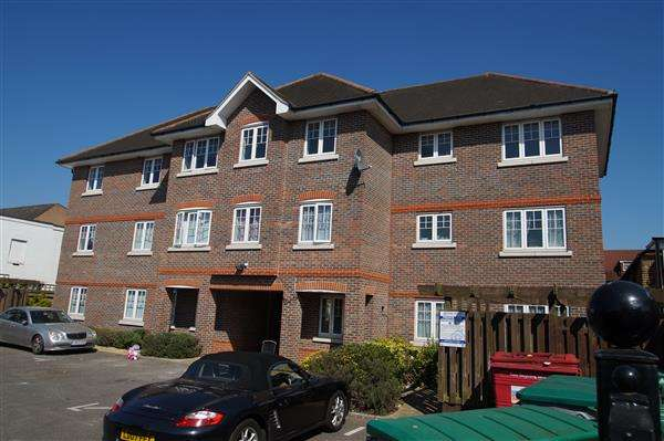 2 Bedrooms Apartment Flat for sale in Fieldview Court, Farnburn Avenue, Slough