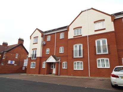2 Bedrooms Flat for sale in Penkridge Court, New Penkridge Road, Cannock, Staffordshire