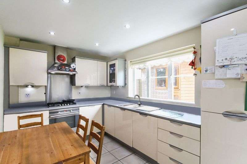 4 Bedrooms Detached House for sale in Brigadier Gardens, Ashford