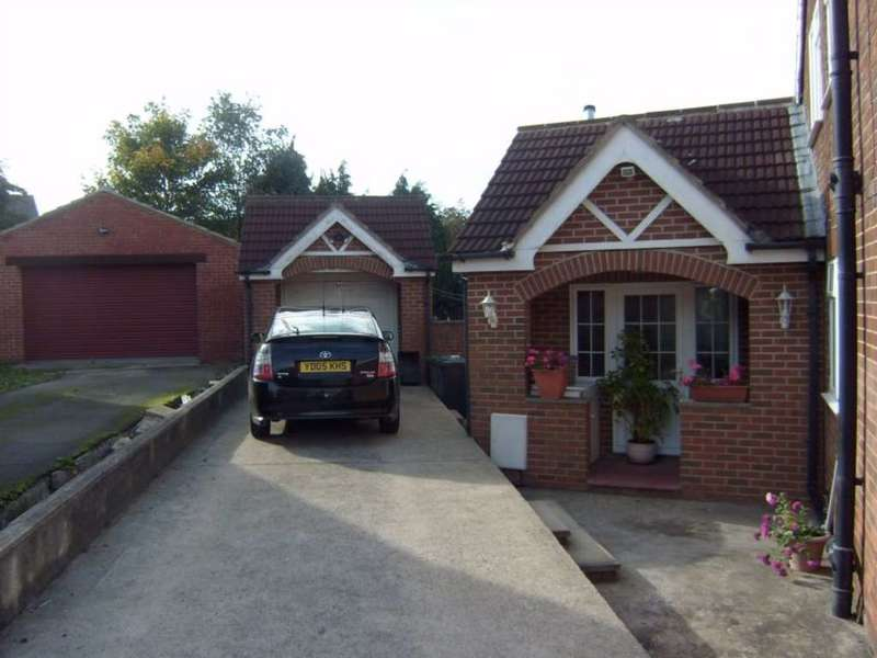 4 Bedrooms Bungalow for sale in Sefton Rise, Dewsbury