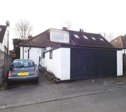 3 Bedrooms Bungalow for sale in Robin Lane, London