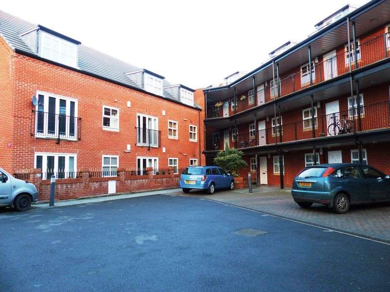 3 Bedrooms Flat for sale in The Cloisters, Lincoln