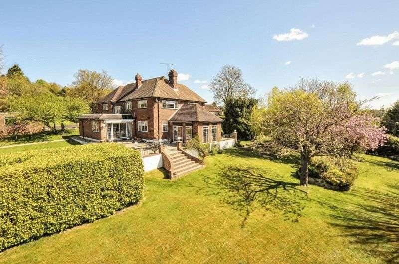 5 Bedrooms Detached House for sale in The Hillside, Orpington