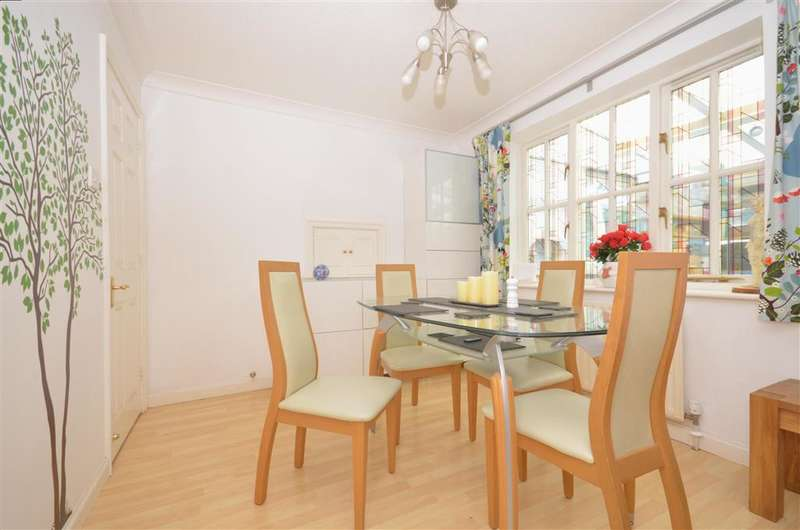 4 Bedrooms Detached House for sale in Oakwood Close, Tangmere, Chichester, West Sussex