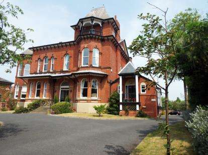 2 Bedrooms Flat for sale in Park Crescent, Southport, Merseyside, PR9