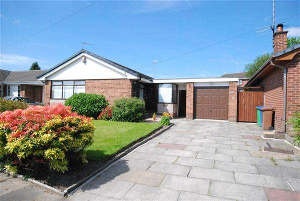 3 Bedrooms Bungalow for sale in Oakleigh Close, Hopwood, Rochdale