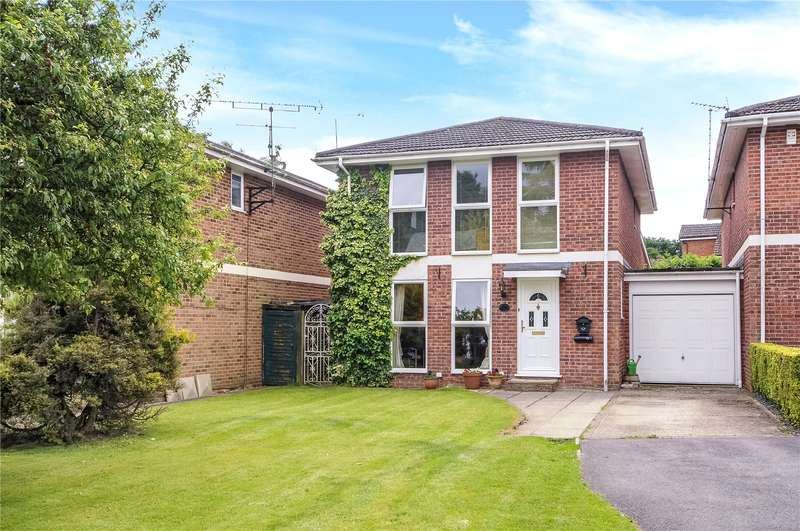 4 Bedrooms Detached House for sale in Wistaria Lane, Yateley, Hampshire, GU46