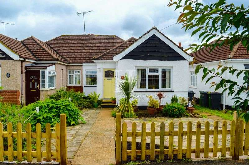 2 Bedrooms Semi Detached Bungalow for sale in Hilary Crescent, Rayleigh, Essex, SS6