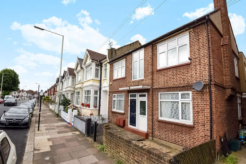 2 Bedrooms Ground Flat for sale in Boreham Road, London