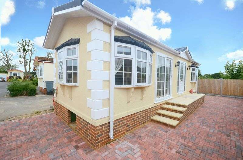 2 Bedrooms Detached Bungalow for sale in Christchurch Road, New Milton