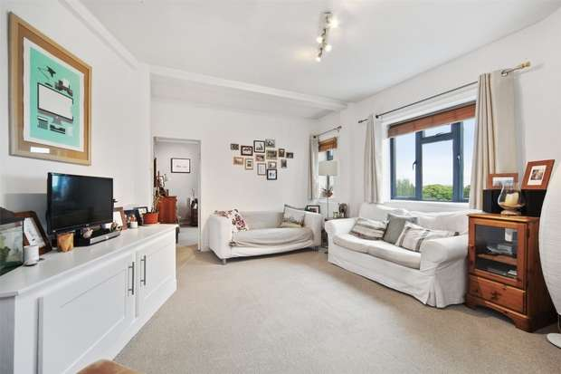 2 Bedrooms Flat for sale in Victoria Court, Kingsbridge Avenue, London