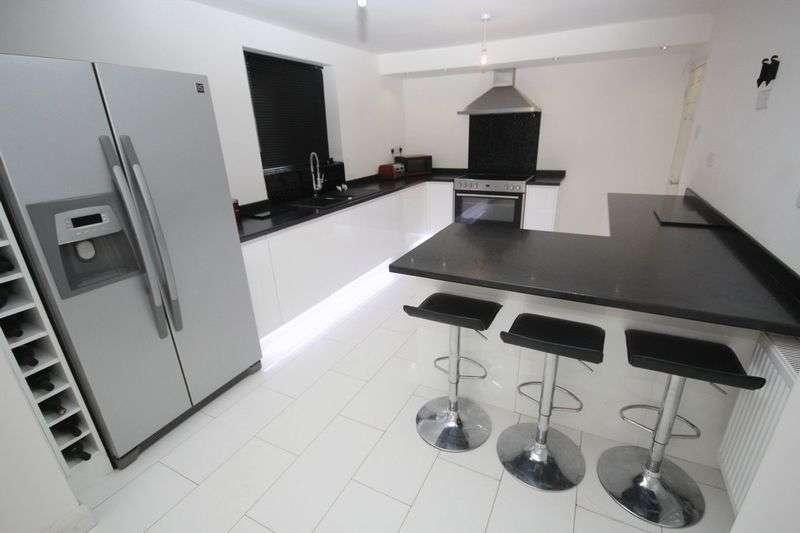 3 Bedrooms Detached Bungalow for sale in Evesham Road, Alkrington M24 1PS