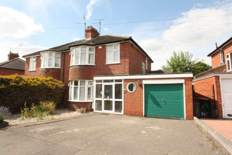 3 Bedrooms Semi Detached House for sale in Chiltern Crescent, Earley
