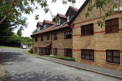 2 Bedrooms Flat for sale in Cricketers Close, Southgate, London