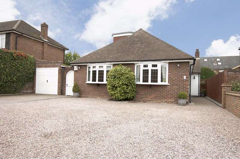 5 Bedrooms Detached House for sale in Wadham Close, Shepperton