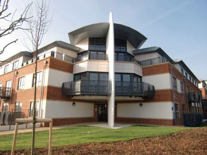 2 Bedrooms Apartment Flat for sale in Wallis Square, Farnborough