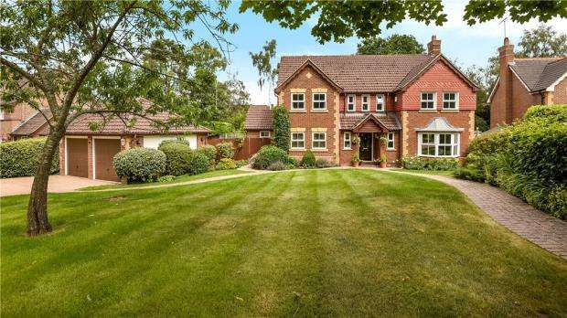 5 Bedrooms Detached House for sale in Little Fryth, Finchampstead, Wokingham