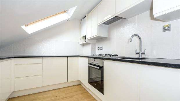 3 Bedrooms Maisonette Flat for sale in Stanwell Road, Ashford, Surrey