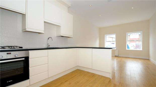 2 Bedrooms Maisonette Flat for sale in Stanwell Road, Ashford, Surrey