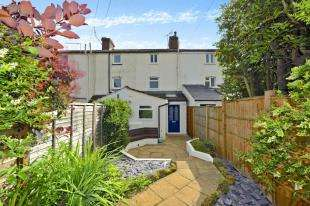 3 Bedrooms Terraced House for sale in Hollis Row, Common Road, Redhill, Surrey
