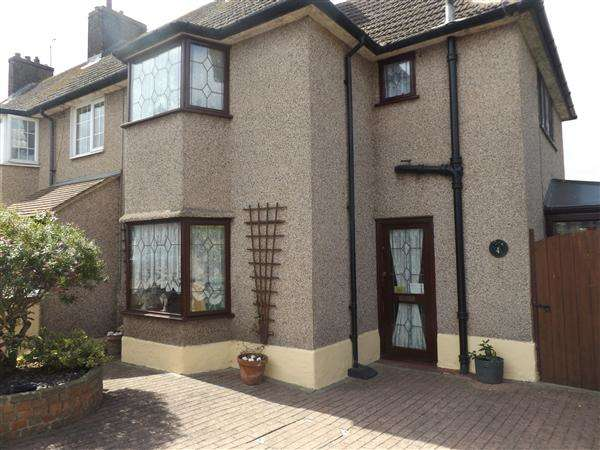 2 Bedrooms Semi Detached House for sale in The Circle, Tilbury
